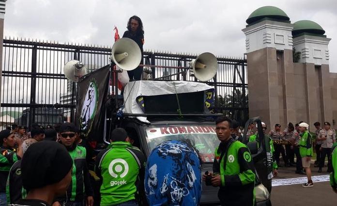 Kondisi massa aksi dari sejumlah pengemudi ojol di depan Kompleks Parlemen RI, Senayan, Jakarta, Jumat (28/2)